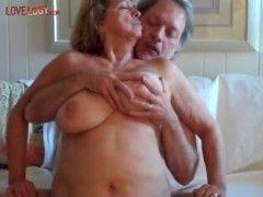 Oma zeigt ihre Dicken Titten