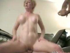 Sexy Blondinen Oma bumst mit dem Nachbarn