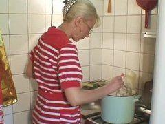 Geile Omi in der Küche fisten