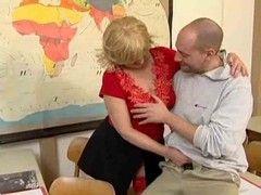 Junger Student bumst die pensionierte Lehrerin